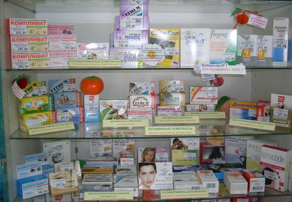 летний наряд витрин в аптеке