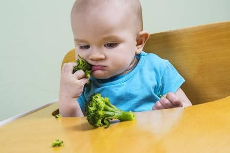 малыш ест брокколи