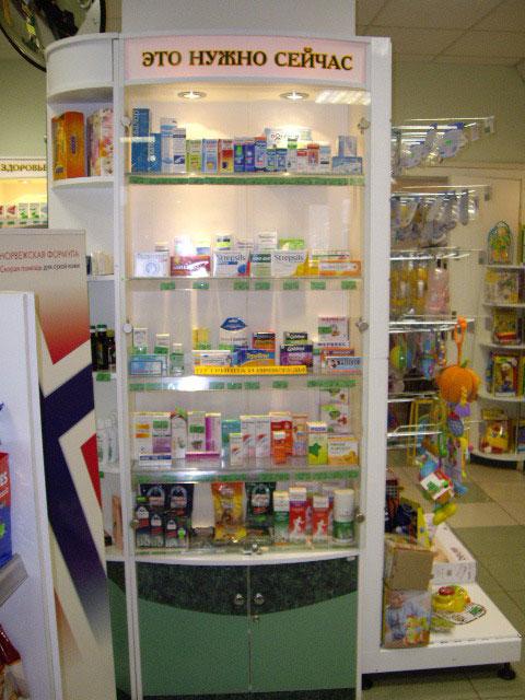 сезонная витрина в аптеке